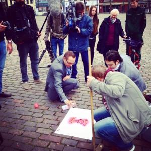 Marc Torke mit dem Xantener Bürgermeister Thomas Görtz markieren den ersten Seife Point